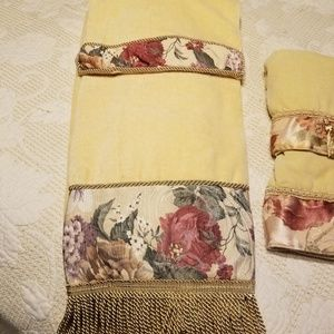 Decrotive finger and hand towel set with floral